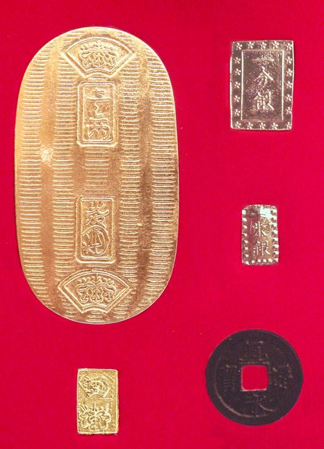 Основните монети на Токугава – златен кобан (горе вляво) и сребърно ичибу (горе вдясно). Източник: Уикипедия