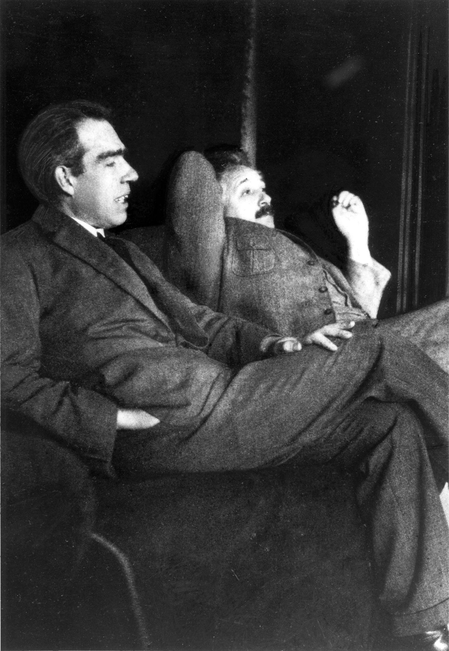 Нилс Бор и Алберт Айнщайн и защо златото е жълт метал